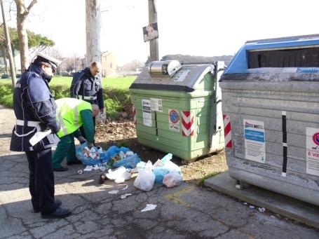 Multe davanti al cassonetto, telecamere paventate, squadre della municipale a controllare i rifiuti: nulla più di tutto questo